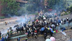 警攻堅理大!示威者欲離開校園…遭催淚彈攻擊(圖/翻攝自Stand News 立場新聞)