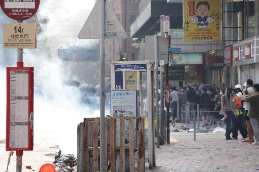 反送中警民衝突 聚集理工大學(3)香港理工大學18日成為反送中主戰場,警方封鎖周圍500公尺,漆咸道和金馬倫道周圍爆發衝突。外圍有示威者想進入理大支援,防暴警察多次放催淚彈阻止。中央社記者張謙香港攝 108年11月18日