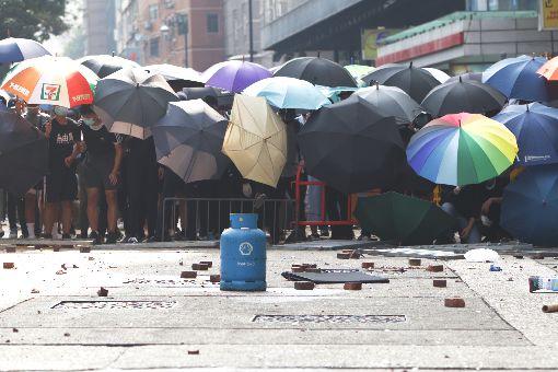 反送中警民衝突 聚集理工大學(4)香港理工大學18日成為反送中主戰場,警方封鎖周圍500公尺,漆咸道和金馬倫道周圍爆發衝突。外圍有示威者想進入理大支援,防暴警察多次放催淚彈阻止。中央社記者張謙香港攝 108年11月18日