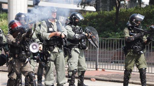 反送中警民衝突 聚集理工大學(2)香港理工大學18日成為反送中主戰場,警方封鎖周圍500公尺,漆咸道和金馬倫道周圍爆發衝突。外圍有示威者想進入理大支援,防暴警察多次放催淚彈阻止。中央社記者張謙香港攝 108年11月18日