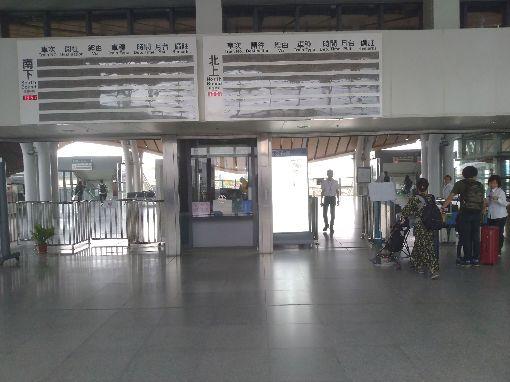 花蓮火車站電子資訊看板故障(2)花蓮火車站電子資訊看板18日上午9時起故障,完全無法顯示列車資訊,站方已加強廣播,同時用白板書寫列車資訊,並在剪票口加派人員口頭告知乘客相關資訊。中央社記者李先鳳攝 108年11月18日