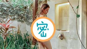 Kimberlly在峇里島洗澡不忘放送火辣身材。(圖/翻攝自Kimberlly IG)