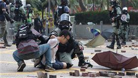 反送中警民衝突 聚集理工大學(8)香港理工大學18日成為反送中主戰場,警方封鎖周圍500公尺,漆咸道和金馬倫道周圍爆發衝突。外圍有示威者想進入理大支援,防暴警察多次放催淚彈阻止。中央社記者張謙香港攝 108年11月18日