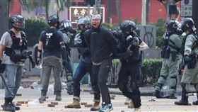 反送中警民衝突 聚集理工大學(9)香港理工大學18日成為反送中主戰場,警方封鎖周圍500公尺,漆咸道和金馬倫道周圍爆發衝突。外圍有示威者想進入理大支援,防暴警察多次放催淚彈阻止。中央社記者張謙香港攝 108年11月18日