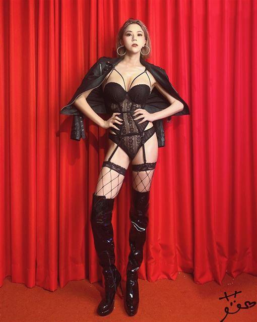 蕾菈身穿黑色透視感馬甲衣氣勢十足。(圖/翻攝自蕾菈IG)
