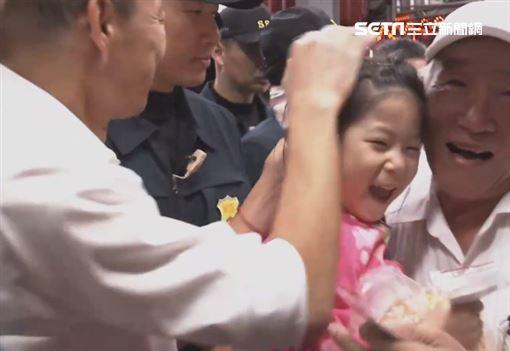 ▲韓國瑜拜廟發放「發財金」,見學童就「摸頭」引發爭議