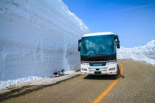▲雪牆比遊覽車還高出許多(圖/shutterstock.com)