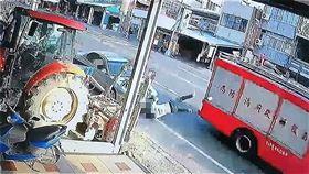 南投,消防車,後照鏡,草屯(圖/翻攝畫面)