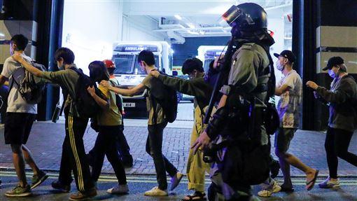 港警,香港,理大,理工大學(18日) 圖/路透社/達志影像(示威者在港警護衛下離開理大