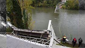 法國西南部一座吊橋18日崩塌斷裂,造成一名15歲少女死亡,多人失蹤。(法新社提供)