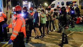 港警,香港,理大,理工大學(18日) 圖/路透社/達志影像 (示威者在港警護衛下離開理大