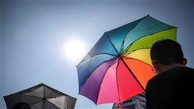 第17屆台灣同志遊行(2)第17屆台灣同志遊行26日在台北市政府廣場登場,今年以「同志好厝邊」為遊行主題,民眾撐著彩虹傘到場參與。中央社記者吳家昇攝 108年10月26日
