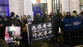 倫敦港人聚集中國駐英使館外抗議海外港人心繫香港情勢,18日晚間號召緊急集會,到中國駐英大使館外高呼口號抗議。中央社記者戴雅真倫敦攝  108年11月19日