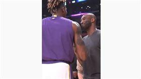 Kobe與Howard一抱泯恩仇。(圖/翻攝自YouTube)