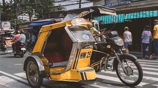 對抗菲國空污 東元擬與陸廠研發平價電動車為對抗空污問題,東元集團計劃與中國大型電動車廠合資在蘇比克灣設廠,研發、推廣平價電動三輪車。圖為馬尼拉街頭的汽油三輪車。中央社記者陳妍君馬尼拉攝 108年11月18日
