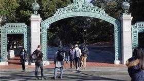 加州公立大學人多修課搶破頭加州大學是美國加州的公立大學,超過2成學生對於在擁擠的課堂與科系求學,表達不滿意。圖為107年3月4日加州大學柏克萊分校的校園一景。中央社記者周世惠舊金山攝 108年11月19日