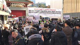 韓大學生首爾中國大使館前力挺香港民主化韓國大學生們19日上午在首爾明洞中國駐韓大使館正門前,高舉著「支持香港抗爭!習近平和林鄭月娥立即停止鎮壓」的標語,抗議中國政府對香港示威的暴力鎮壓。中央社記者姜遠珍首爾攝  108年11月19日