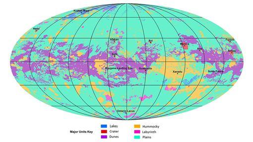 科學家說,土星最大衛星泰坦表面在沉積物堆積與侵蝕下有高有低,「隨著緯度不同而有明顯的多樣地形,赤道有沙丘,中緯度部分有平原,兩極地區地形曲折且有湖泊」。圖為泰坦第一張地質地圖。(圖取自NASA網頁nasa.gov)