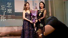 唐芯(左)舉辦「怎麼忘了你」發片記者會,劉香慈挺孕肚力挺。(圖/單純夢想文創提供)