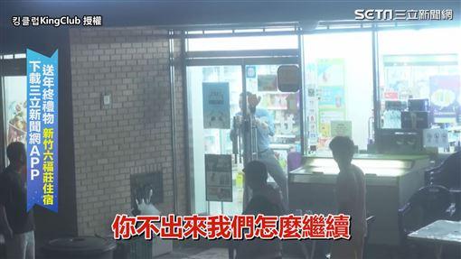 ▲路人嚇到躲進店裡不敢開門。(圖/킹클럽KingClub 授權)