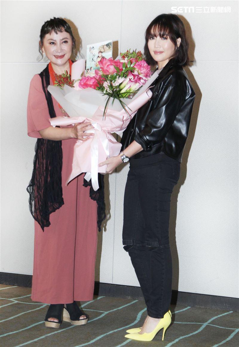 L-Ain演唱忠孝節義第三單元主題曲,陳亞蘭特別獻花致謝。(記者邱榮吉/攝影)