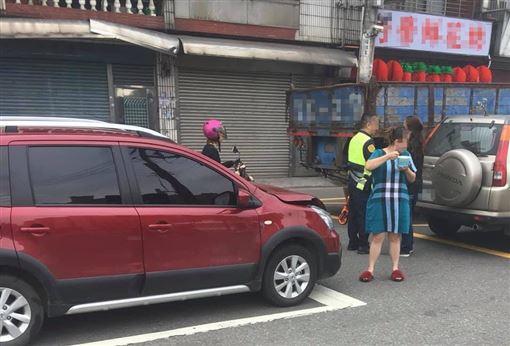 車禍,淡定,吃冰,樂觀(圖/翻攝自爆怨公社)