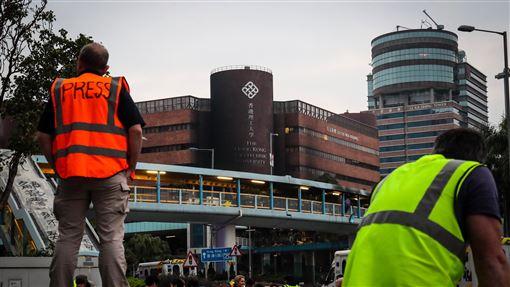 香港理大遭包圍 媒體守候消息近來香港反送中運動爆發激烈警民衝突,警方18日起包圍香港理工大學,並在校區外設防線,大批媒體19日在校外守候消息。中央社記者吳家昇攝 108年11月19日