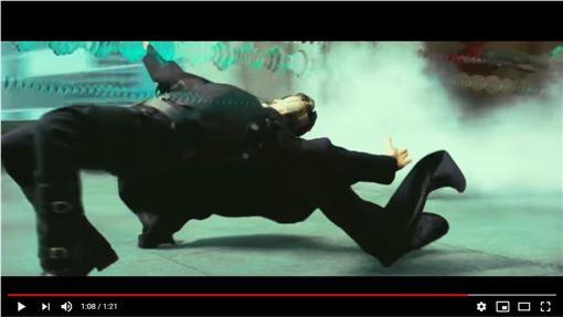 ▲《駭客任務》主角下腰閃子彈。(圖/翻攝自華納兄弟台灣粉絲俱樂部YouTube)