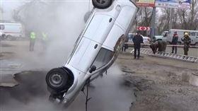 俄羅斯發生熱水管線爆炸,地板塌陷,連人帶車掉入熱水坑 燙死。(圖/翻攝自YouTube)
