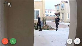 一名現居美國的女網友每個月花費60美元(約新台幣1830元)購入和警局連線的居家保全系統;沒想到昨(19)日在公司上班時,已設置遠端連線的手機突然響起警報,原PO在監視器畫面中驚見數名身材壯碩的警察出現在家門口,讓她嚇得立刻奔回家查看,結果發現是一場自造的烏龍,瞬間糗到無地自容。(圖/翻攝自爆廢公社)