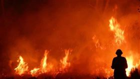 澳洲多處爆發野火,危及多個社區的數千名民眾。東南部超過100所學校20日停課,官員警告身處高風險地區的民眾準備撤離。(圖取自twitter.com/ScottMorrisonMP)
