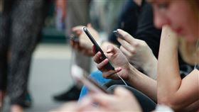滑手機,搞消失,低頭族,手機。(圖/翻攝自unsplash)