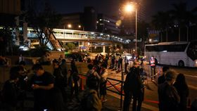 (16:9)香港理大持續遭包圍近來香港反送中爆發激烈警民衝突,警方18日起包圍理工大學,至19日晚間雙方仍持續對峙,不少媒體、民眾在理大外圍周邊等待消息。中央社記者吳家昇攝 108年11月19日