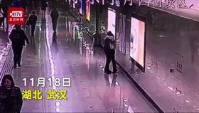 中國,地鐵,摸頭,加班,崩潰(圖/翻攝自北京時間)