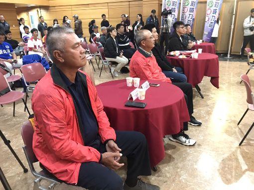 王光輝談3個看王威晨打球感動時刻 健康最重要中職中信兄弟隊王威晨在世界12強棒球賽表現亮眼,王威晨爸爸、前兄弟象球星「萬人迷」王光輝(左1)看在眼中感觸多,分享一路看著王威晨打球的3個感動時刻,也希望他把身體健康放首位。中央社記者謝靜雯攝 108年11月20日