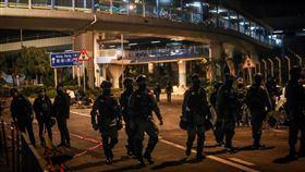 理大持續遭圍近來反送中爆發激烈警民衝突,警方從11月18日起包圍香港理工大學,並在校區外設防線,20日凌晨部分警務人員卸下任務步出防線。中央社記者吳家昇攝  108年11月20日