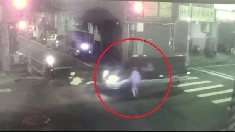 8旬婦深夜購物違規穿越馬路 被休旅車撞飛亡驚悚畫面曝光