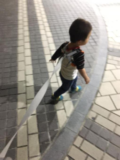 小孩綁牽繩!陌生伯狂嚷「怎綁這樣」(圖/翻攝自爆怨公社)