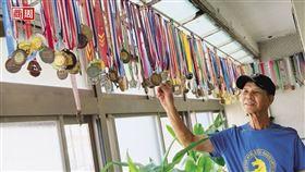 成排獎牌高掛家裡陽台,輕輕撥動,像風鈴一樣叮鈴作響。(攝影者.商周林衍億)
