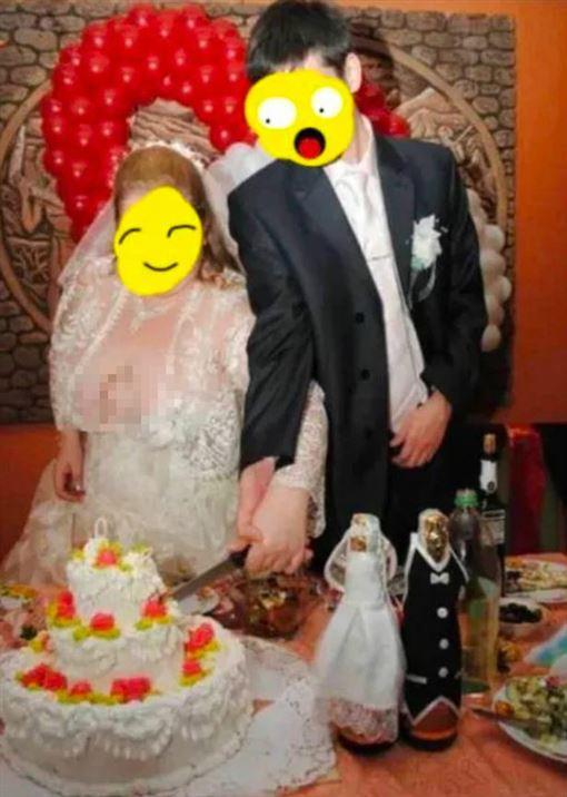婚禮切蛋糕!新娘「八字奶」炸開禮服…兩粒掉出 賓客傻了(圖/翻攝自Reddit)