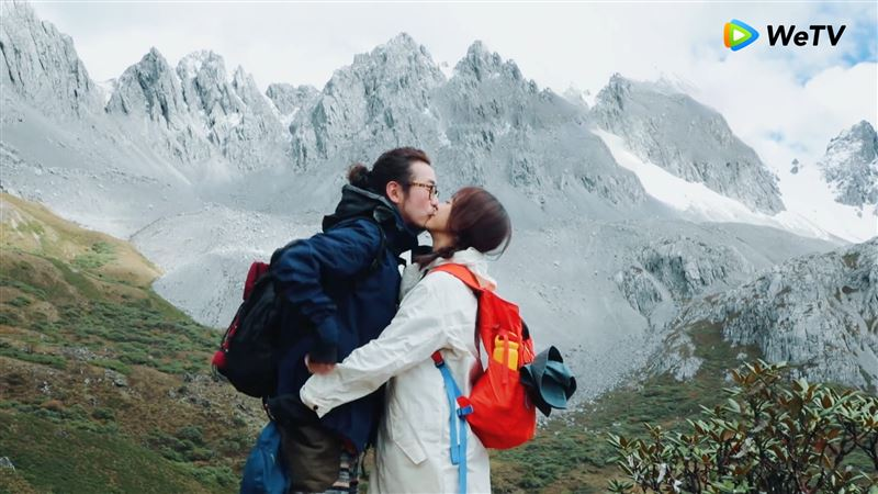 絕美高山激吻照!陳意涵雲霧中擁吻老公⋯甜告白:一生給你