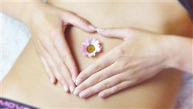 女性月經來時常伴隨生理痛。(圖/翻攝自pixabay)  https://pixabay.com/photos/belly-heart-love-girl-relaxation-3186730/