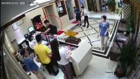 中國官方21日以深圳警方接受媒體採訪的名義公布一段影片,聲稱是英國駐香港總領事館雇員鄭文傑(紅圈標註者)嫖娼及事後接受偵訊的畫面。(圖取自人民日報微博網頁weibo.com)