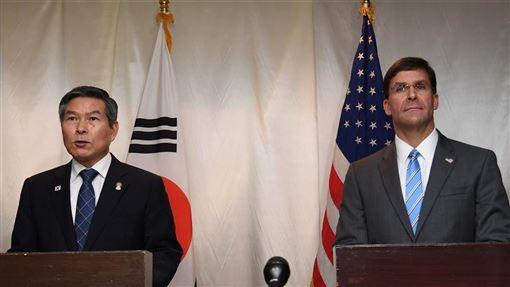 美國因要求南韓分攤5倍駐韓美軍費用,兩國為此陷入僵局之際,南韓與中國卻達成強化安全關係以穩定東北亞的共識。圖為南韓防長鄭景斗(左)與美國代理防長艾斯培17日在曼谷區域安全會議舉行聯合記者會。