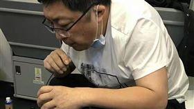 中國大陸,搭機無法排尿…老人膀胱快爆裂 暖醫「用嘴吸尿」急救!(圖/翻攝自網易新聞)