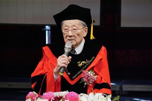 李行,90歲高齡,獲頒,南藝大,名譽博士(圖/國立台南藝術大學提供)中央社