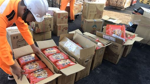 金門岸巡隊查獲陸菇(1)金馬澎分署第九岸巡隊22日表示,料羅商港安檢所人員21日進行貨物拆檢時,察覺一批輸台貨物中的6只紙箱明顯有異,拆檢後起出6箱72小包的疑似大陸香菇,重約43.2公斤。(金門岸巡隊提供)中央社記者黃慧敏傳真 108年11月22日