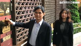 ▲文曄科技董事長鄭文宗在律師陪同下,赴台北地檢署按鈴提告大聯大公司。(圖/記者楊佩琪攝)