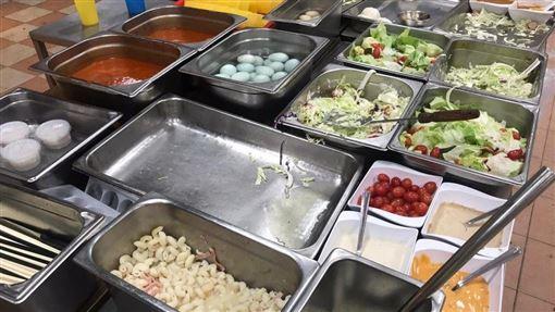 廚房佬說煮飯是他的抗爭方法,連日來在理大餐廳為示威者準備膳食。圖為11月21日他為學生準備的餐點。(眾新聞提供)