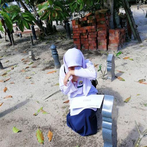 檢定考出爐!小六女見成績急奔墓園 墳前大哭:媽我做到了(翻攝自臉書)